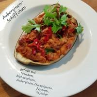 Auberginen-Schiffchen_Kichererbsen_Tomaten_Peperoni